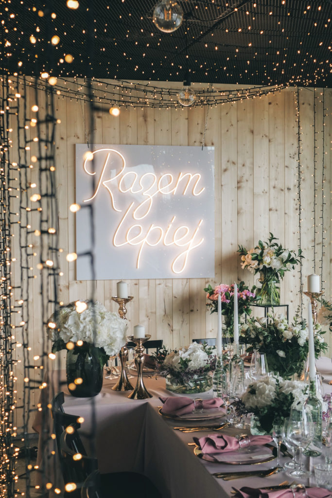 Ślubny neon i tunel z fairy lights'ów, czyli wesele w eleganckim stylu