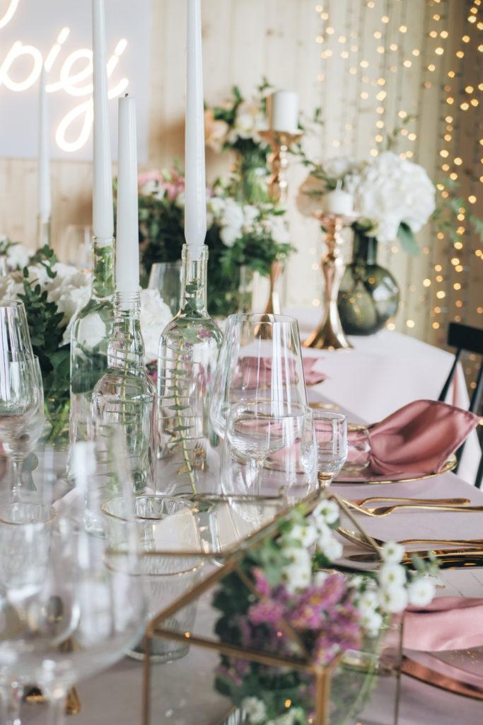 Tunel z fairy lights'ów, złote podtalerze i różowe obrusy, czyli wesele w eleganckim stylu