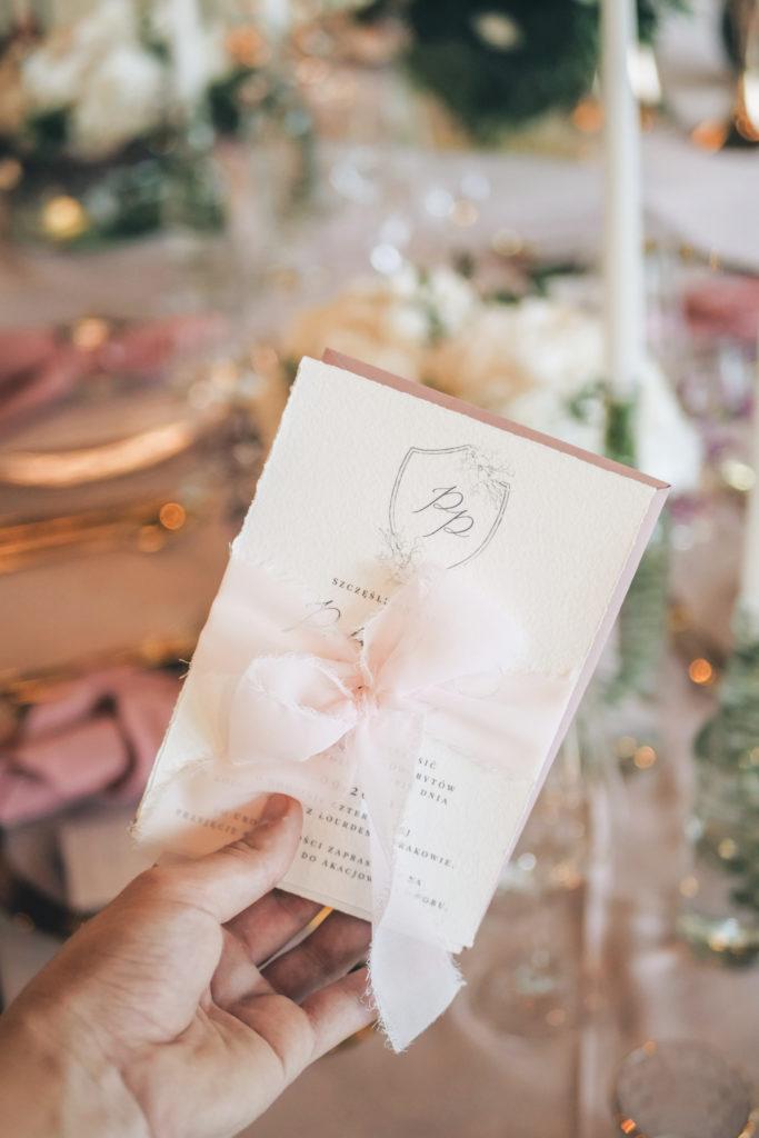 Elegancka papeteria Blooming Elegant jako uzupełnienie dekoracji ślubnych w odcieniach pudrowego różu