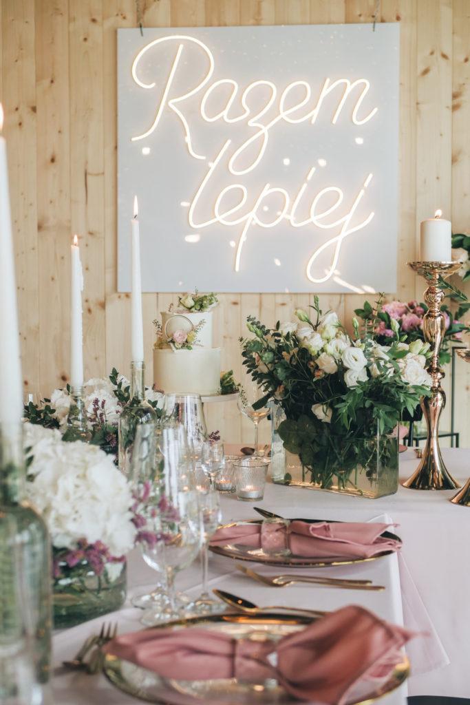 Ślubny neon, złote podtalerze, różowe obrusy i mnóstwo kwiatów, czyli wesele w eleganckim stylu