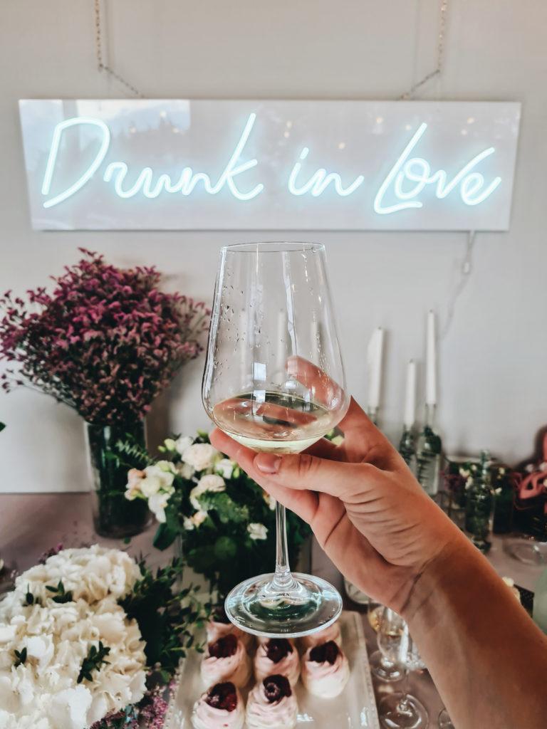 Ślubny neon, słodki stół i mnóstwo kwiatów, czyli wesele w eleganckim stylu